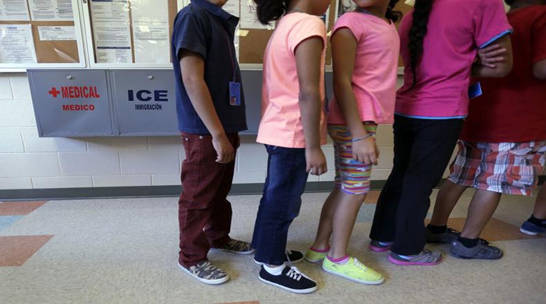Niños esperan por un plato de comida luego de días de travesía por la frontera con EE.UU.