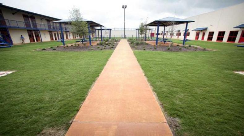Un pequeño campo de juego para los niños distraerse de los meses de larga detención que les espera.