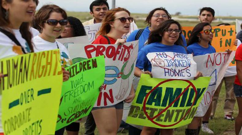 Estos residentes locales exigen respeto a los derechos humanos y liberación de las familias migrantes.