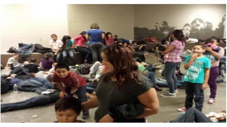 Niños solos y otros acompañados de sus madres esperan poder devolverse a su país de origen.