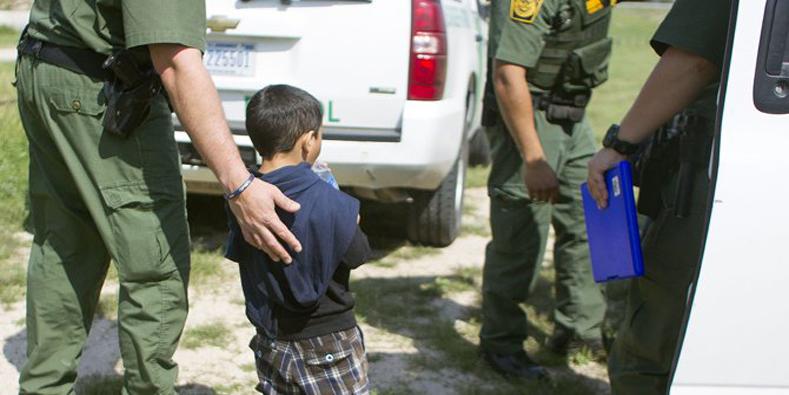 Poco después de cruzar la frontera, los niños sin compañía son detenidos por la Guardia Fronteriza.