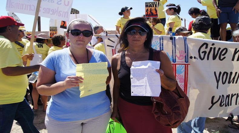 Actividas muestran cartas que denuncian los malos tratos hacia los privados de libertad.