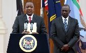 Kenyan President Uhuru Kenyatta (L), flanked by his Deputy William Ruto, addresses a news conference at the State House in Nairobi December 2, 2014.  (REUTERS/Thomas Mukoya)