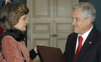 The director of the Valech Commission, María Luisa Sepulveda, hands Chilean former President Sebastián Piñera, the second draft of a report of human rights violations that were committed under the Augusto Pinochet dictatorship. (Photo: Alex Ibanez/EFE)