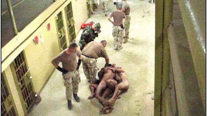 Desnudar a los prisioneros y fotografiarlos es un método de humillación.