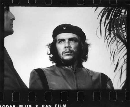 """Los ataques del imperio asediaban a la Revolución. La inolvidable foto de """"Korda"""" del Che refleja el momento en que el pueblo lloraba los muertos causados en la explosión de La Coubre en 1960"""
