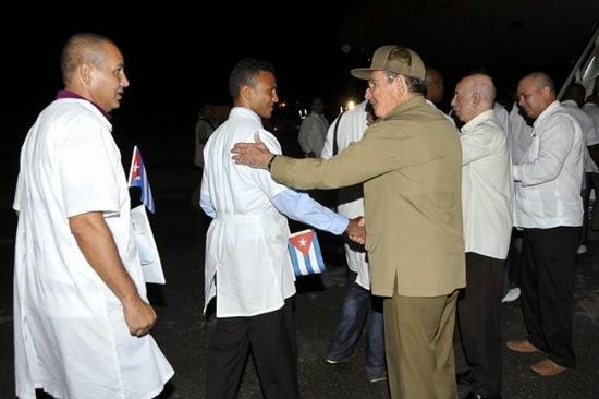 Birgadas médicas cubanas han aportado su solidaridad en todo el mundo. La más reciente saiió rumbo al África a combatir el ébola.