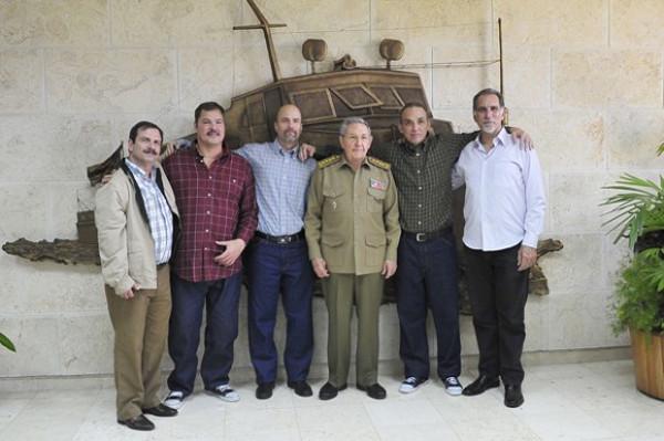 El herócico pueblo cubano sabrá defender la Revolución y sus logros. Cinco Héroes lo refrendan.