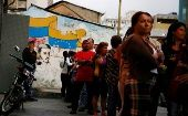 People line up outside a supermarket in downtown Caracas January 19, 2015