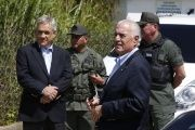 Former Presidents Sebastian Pinera of Chile (L) and Andres Pastrana of Colombia, are stopped by national guard soldiers outside the military prison of Ramo Verde on the outskirts of Caracas Jan. 25, 2015.
