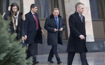 Former Ukrainian President Leonid Kuchma (2nd R) after arriving at Minsk's International Airport, January 31, 2015.