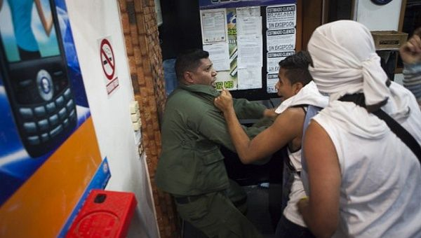 Opposition protesters attacked an official of the Bolivarian National Armed Forces (FANB).
