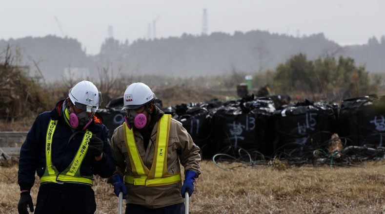Personal de Tokio Electric Power Co (Tepco) trabajan con máscaras anti radiación en la operación de descontaminación en la zona devastada por el accidente.