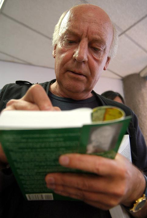 Galeano quien nacióun 3 de septiembre de 1940, en Montevideo, capital de Uruguay, es atraído por las letras e incursiona en los medios de comunicación a los 14 años, como dibujante de El Sol de su ciudad natal.