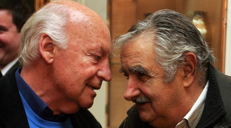 Galeano fue merecedor de innumerables premios y reconocimientos. Esta fotografía fue tomada cuando recibía la condecoración de Argentina Orden de Mayo en la embajada de ese país en Uruguay y para ese entonces el candidato presidencial del Frente Amplio José Mujica, le expresaba su admiración.