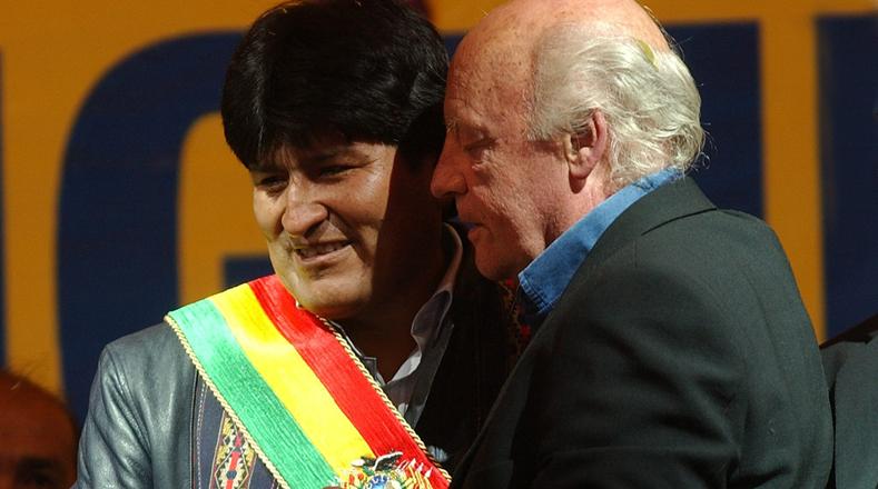 Los encuentros con diferentes mandatarios latinoamericanos no faltaron en la vida del gran escritor. En esta fotografía Galeano se abraza con el presidente de Bolivia, Evo Morales.