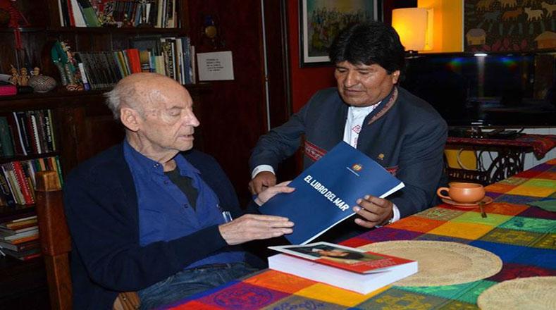"""El presidente de Bolivia, Evo Morales, le obsequió el """"Libro del Mar"""" que recoje los argumentos de la demanda marítima boliviana, Galeano comentó que este libro debía llamarse """"el Libro del Mar Robado""""."""