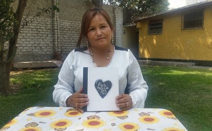 Juliana Calderon from 'Vida Mujer' presenting the book Don't Die for Me