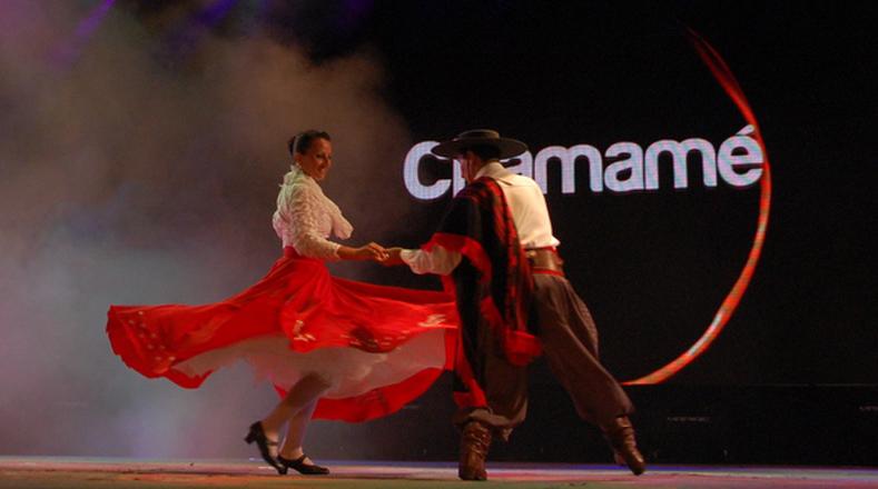 Latina bailando sobre la cama - 2 part 7