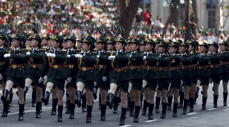Milicia femenina se movilizó durante el desfile.