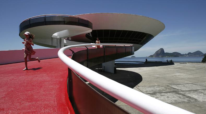 El Museo de Arte Contemporáneo (MAC) fue construido en 1996 a la orilla del mar, en la Bahía de Guanabara, Brasil. Es una obra representativa del arquitecto brasileño, Oscar Niemeyer. La majestuosa vista del museo es el horizonte de la ciudad de Río de Janeiro, con los cerros Pan de Azúcar y Corcovado.