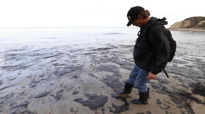 Casi 80 mil litros del crudo han acabado en el Pacífico tras producirse una rotura en un oleoducto cerca de la costa de California.