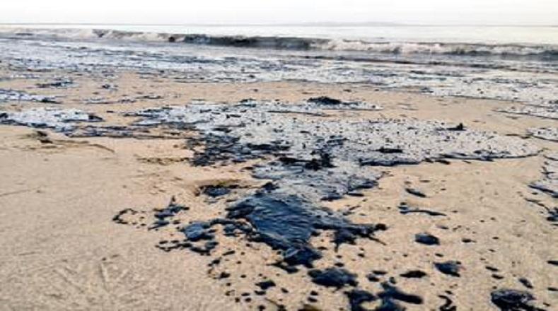 Las autoridades investigan las causas que pudieron originar la rotura del oleoducto.