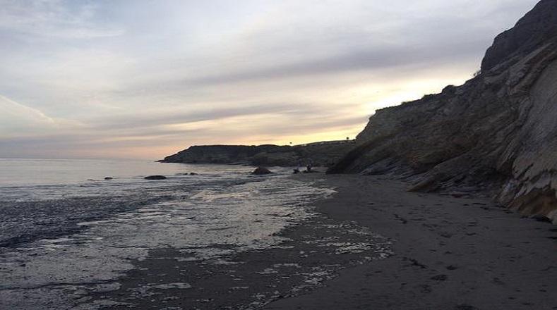 La mancha de petróleo procedente de la fuga se extendió a través de más de seis kilómetros de longitud a lo largo de la costa californiana.