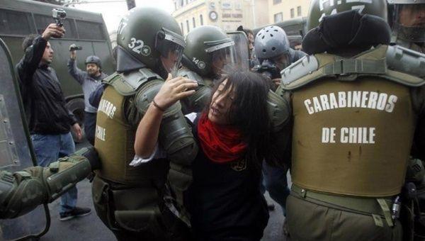 Resultado de imagen para CARABINEROS EN CHILE REPRIME