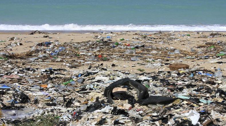 """La """"isla de la basura"""" ubicada entre Hawai y Estados Unidos muestra la irresponsabilidad de la globalización, con los restos de plástico y desperdicios arrojados, los cuales se concentran en una zona debido a un movimiento circular de las corrientes ecuatoriales que gira en dirección de las manecillas del reloj."""