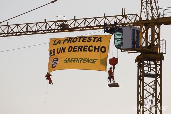 """La organización medioambiental Greenpeace desplegó una pancarta de 32 metros sobre el Congreso de diputados con el lema """"La protesta es un derecho""""."""