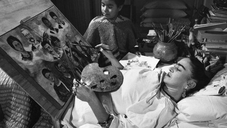 Frida no dejaba de pintar aún en los largos períodos que permaneció en cama.