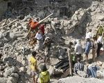 People gather on the rubble of houses destroyed by Saudi-led air strikes in Yemen's central city of Taiz August 21, 2015.