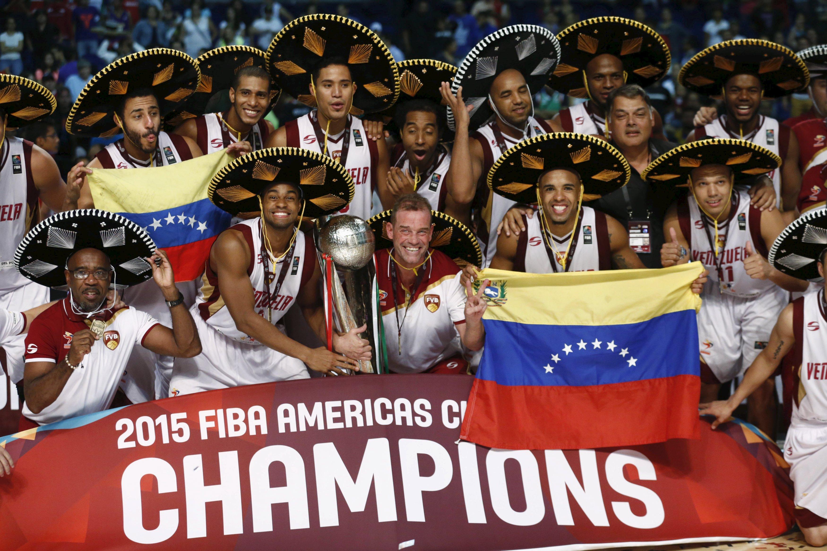 Maduro condecora a la Vinotinto del baloncesto en Venezuela