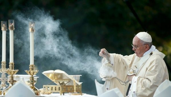 Pope Francis dispenses incense while celebrating Mass at the National Shrine of the Immaculate Conception for the Canonization Mass for Friar Junipero Serra in Washington September 23, 2015