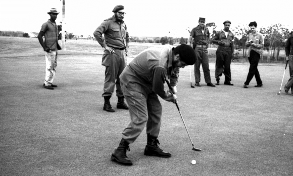 Che Guevara playing golf, because even revolutionaries need to relax.
