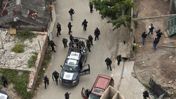 Hundreds of outraged civilians in Guerrero captured nine police officers they accuse of being drug traffickers.