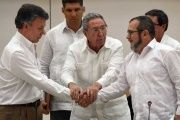 Cuban President Raul Castro (C) oversees the handshake between Colombian President Juan Manuel Santos (L) and FARC leader Timoleon Jimenez, Sept. 2015.