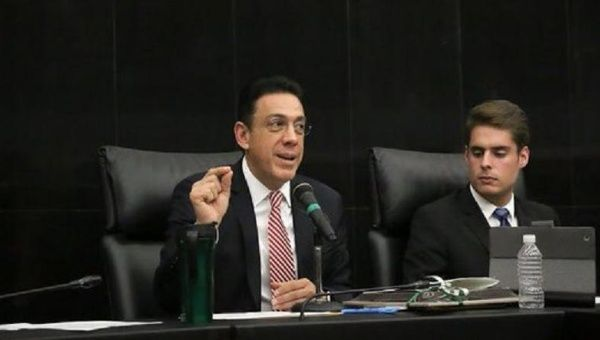 Mexican Senator Omar Fayad (L) became the subject of intense criticism for his cybercrime bill, seen as problematic for freedom of expression, Oct. 30, 2015.