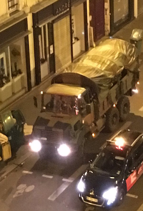 El Ejército está siendo desplegado en las calles de París.