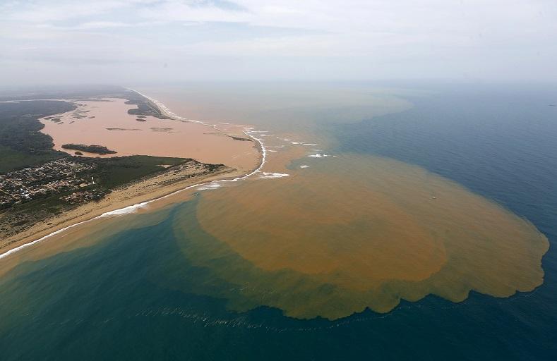 Nenažranost korporací: Nejhorší ekologická katastrofa v dějinách Brazílie. Toxický kal již doputoval do Atlantiku