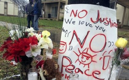 A makeshift memorial is seen at the location where Jamar Clark was allegedly shot by police early Sunday, in Minneapolis, November 16, 2015.