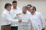 Cuba's President Raul Castro (C) reacts as Colombia's President Juan Manuel Santos (L) and FARC rebel leader Rodrigo Londono, better known by the nom de guerre Timochenko, shake hands in Havana, September 23, 2015.
