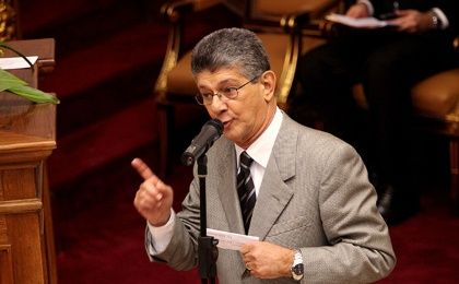 The new National Assembly President Henry Ramos Allup ordered the removal of pictures of former President Hugo Chavez.