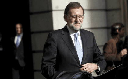 Spain's acting prime minister Mariano Rajoy leaves congress after the first session of parliament following a general election in Madrid, Spain, Jan. 13, 2016.