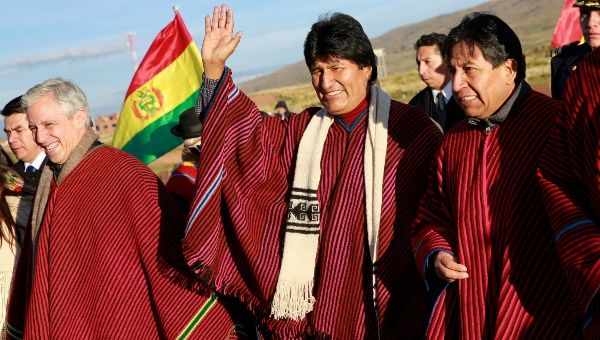President Evo Morales (C) waves as he arrives in Tiwanaku for the Indigenous ceremony, Bolivia, Jan. 21, 2016.