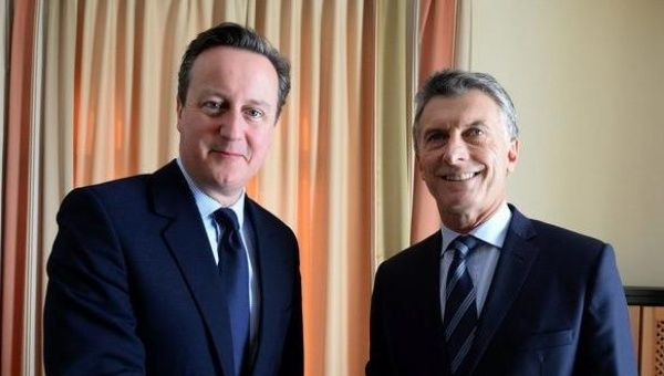 British Prime Minister David Cameron and Argentine President Mauricio Macri put their differences aside for a chat in Davos.