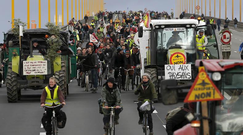 Campesinos franceses avanzan hacia París para protestar por la construcción del nuevo aeropuerto.