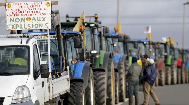 Los campesinos se oponen al desalojo de las tierras en las cercanias de París por construcción del nuevo aeropuerto.