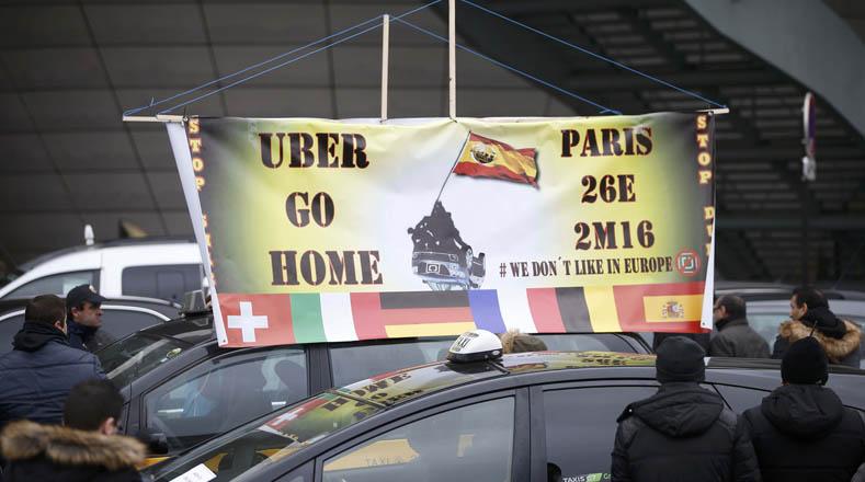 Taxistas franceses trancaron las principales vías de París.